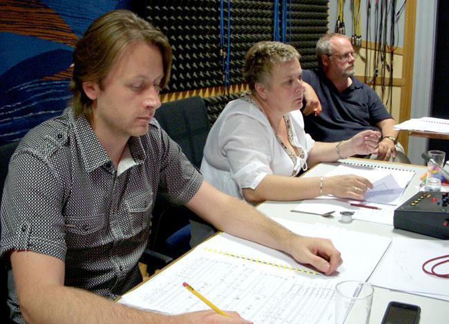 A la izquierda, Knut Avenstroup junto a otros compañeros en una mesa de control en Praga