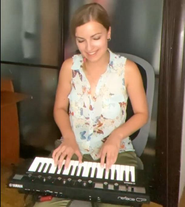 Milena cantando dando las gracias.jpg